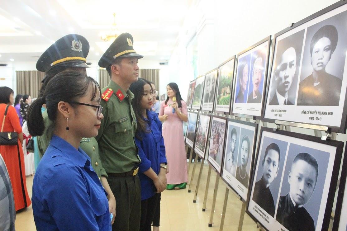 Thế hệ trẻ tham quan trung bày chuyên đề hình ảnh, tư liệu về cuộc đời, sự nghiệp cách mạng của đồng chí Nguyễn Thị Minh Khai