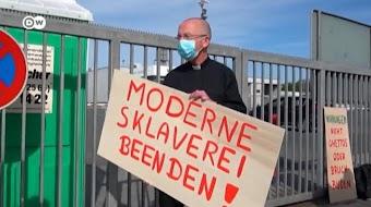 Demonstrant mit Schild vor Werkstor: «Moderne Sklaverei beenden!».
