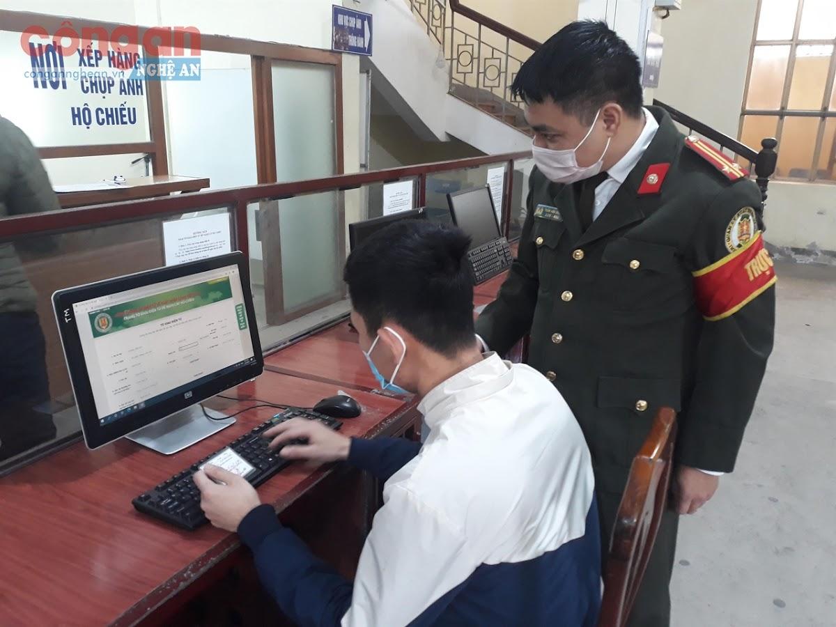 Cán bộ Phòng Quản lý xuất nhập cảnh hướng dẫn người dân                             hoàn thành các thủ tục hành chính