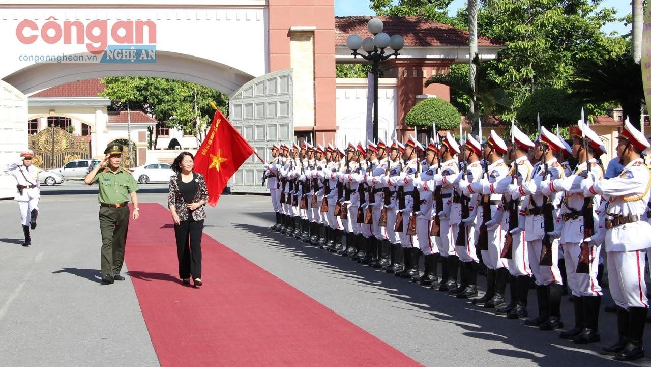 Phó Chủ tịch nước Đạng Thị Ngọc Thịnh duyệt đội danh dự Công an tỉnh Nghệ An - Ảnh; Đức Thắng