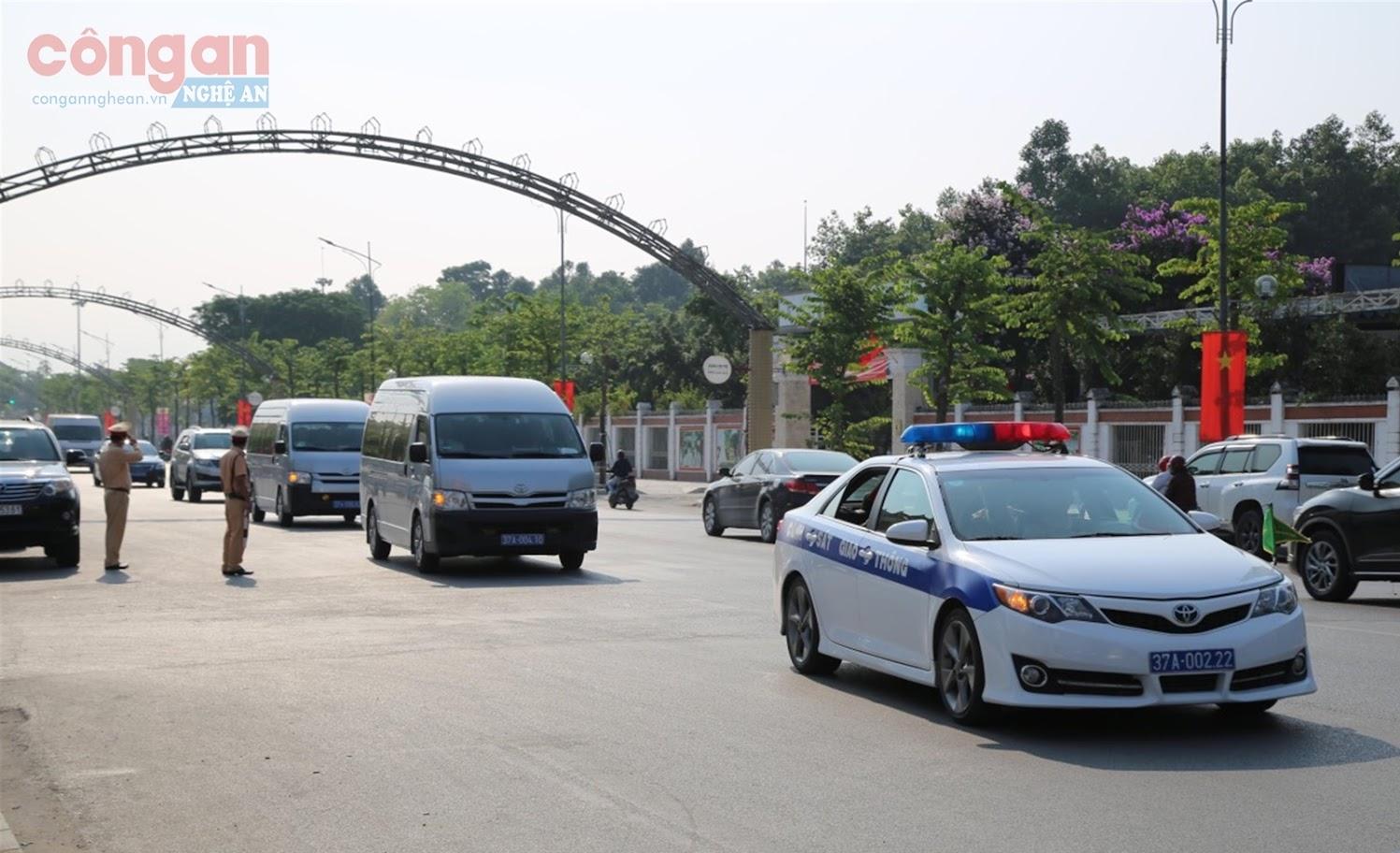 Đội CSGT số 4 thực hiện nhiệm vụ đón, dẫn đoàn và phân luồng giao thông phục vụ đại lễ kỷ niệm 130 năm Ngày sinh Chủ tịch Hồ Chí Minh