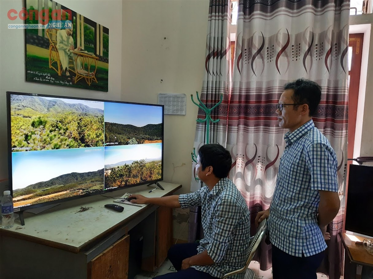 Cán bộ Ban quản lý rừng phòng hộ Nghi Lộc quan sát  qua hệ thống camera giám sát lửa rừng từ Trung tâm chỉ huy