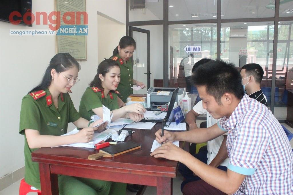 Công an tỉnh Nghệ An đã và đang tích cực triển khai các giải pháp nhằm thực hiện hiệu quả Dự án sản xuất, cấp, quản lý căn cước công dân