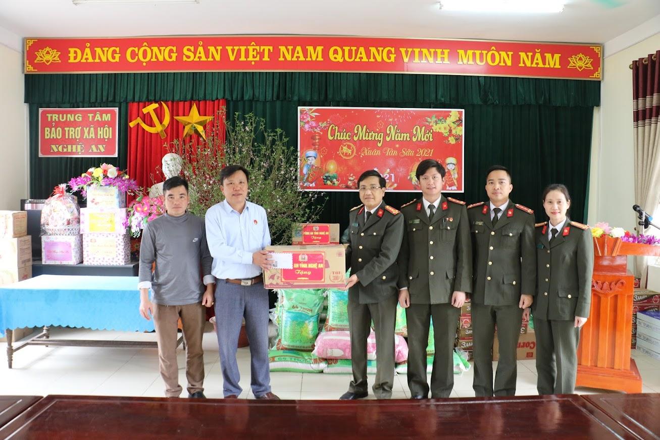 Tặng quà tết cho Trung tâm bảo trợ xã hội Nghệ An tại xã Gian Sơn Đông, huyện Đô Lương