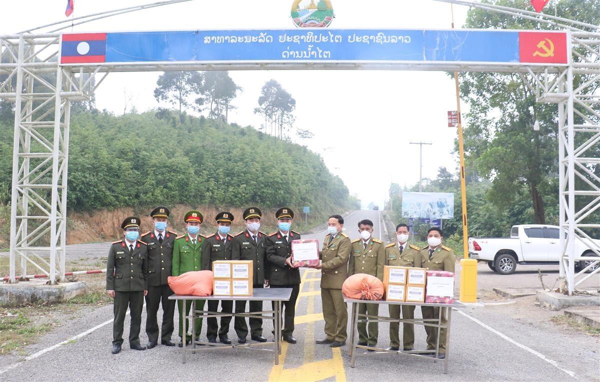 Đoàn công tác của Công an tỉnh Hủa Phăn (CHDCND Lào) tặng quà và chúc Tết Nguyên đán Tân Sửu 2021 cán bộ, chiến sỹ Công an Nghệ An