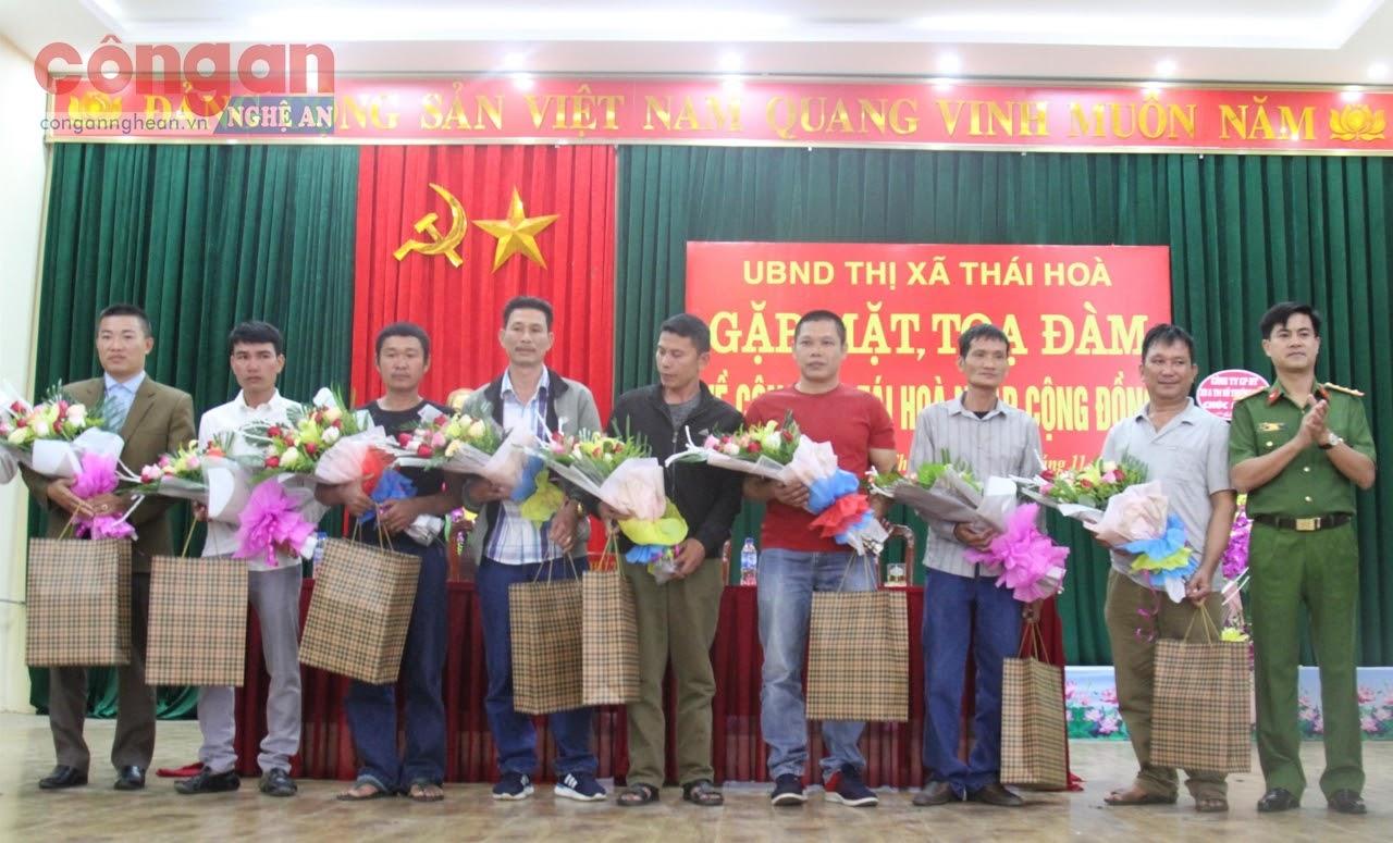Đồng chí Đại tá Nguyễn Đức Hải, Phó Giám đốc Công an tỉnh tặng quà cho các điển hình                  trong công tác tái hòa nhập cộng đồng trên địa bàn TX Thái Hòa