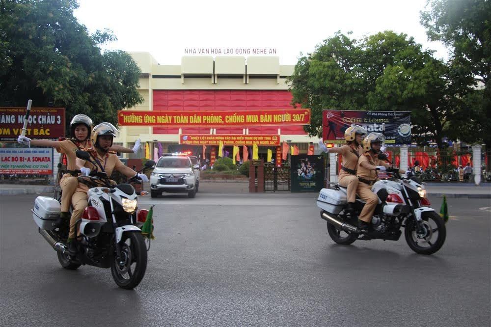Hình ảnh nữ CSGT tham gia dẫn đoàn đã tạo được hình ảnh tốt, thiện cảm của nhân dân cũng như các đoàn khách quốc tế đến thăm và làm việc tại Nghệ An.