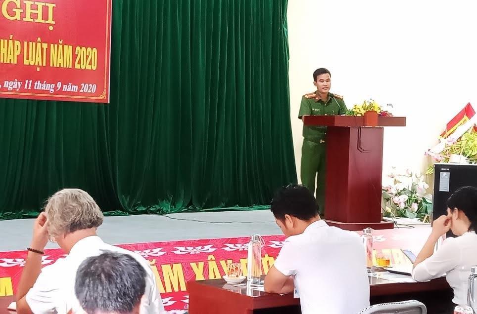 Thượng úy Thái Ngọc Sơn - Trưởng Công an thị trấn Kim Sơn tuyên truyền, phổ biến pháp luật cho người dân.