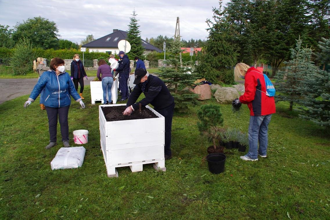 Deutsche und Polen beim Pflanzen. Eine Fotostrecke öffnet mit einem KLICK aufs Bild (alle Bilder ©A. Schwarze)