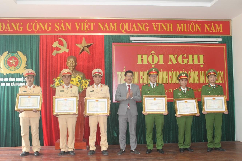 Thừa ủy quyền Chủ tịch nước, đồng chí Bí thư Thị ủy trao tặng Huy chương cho các cá nhân