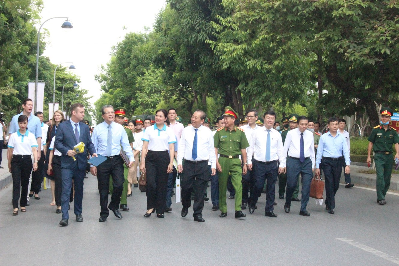 Đồng chí Trương Hòa Bình, Ủy viên Bộ Chính trị, Phó Thủ tướng thường trực cùng các đại biểu Trung ương và địa phương tham gia diễu hành