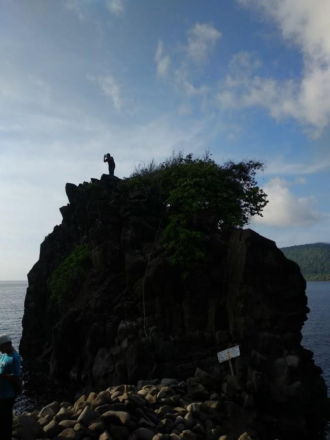 Batu tinggi yang sering dijadikan tempat foto di Goa Sarang, Sabang
