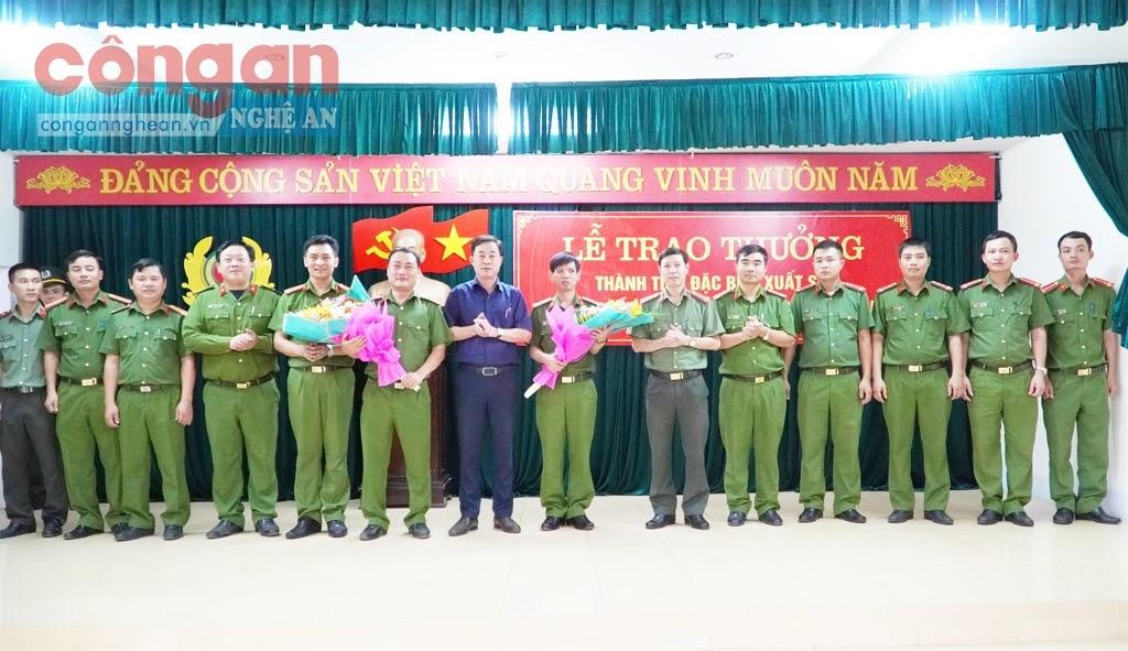 Lãnh đạo huyện Hưng Nguyên trao thưởng cho Công an huyện Hưng Nguyên                                                                                về thành tích đặc biệt xuất sắc trong đấu tranh phòng, chống tội phạm