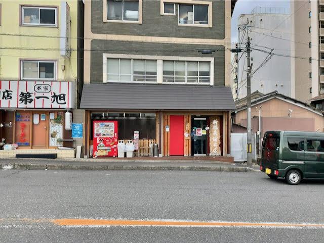 新福菜館の外観。隣はラーメン第一旭。