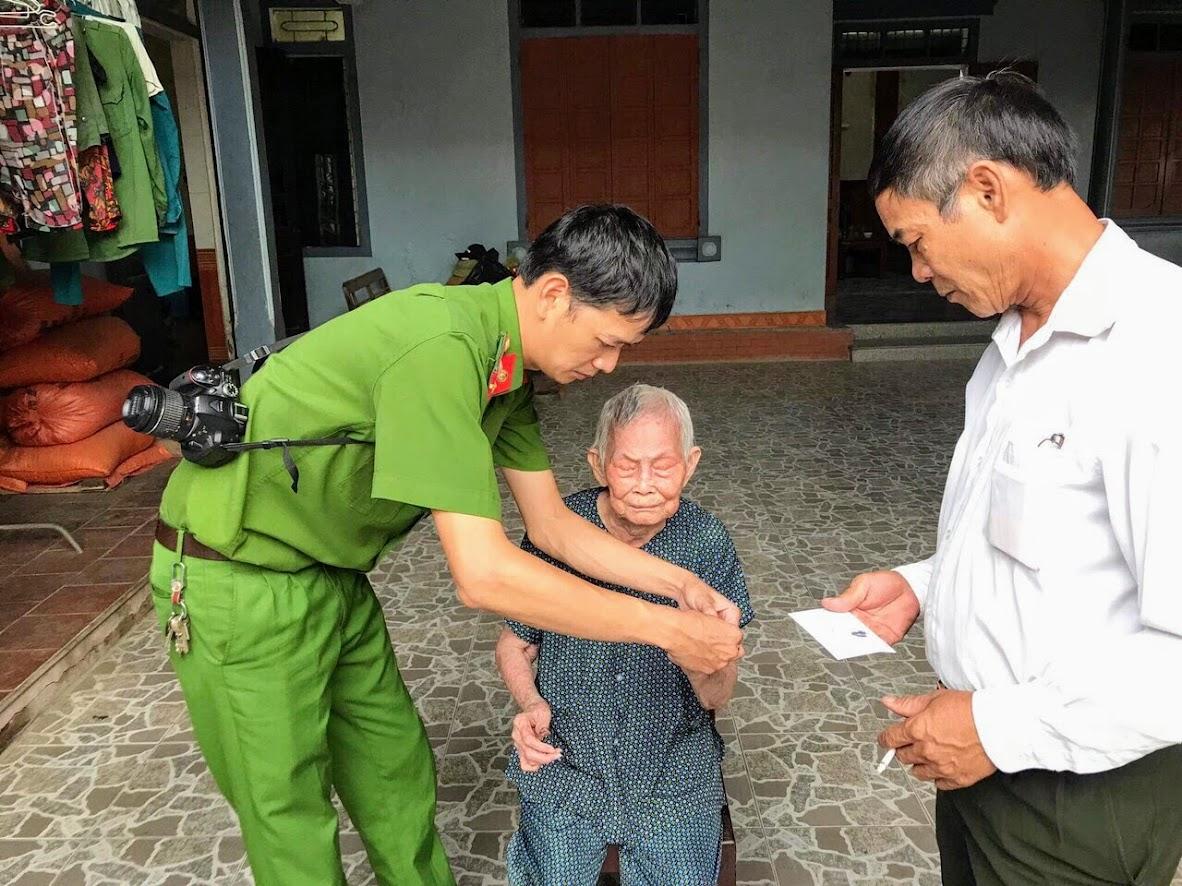 Cán bộ Công an Nghệ An đến nhà làm CMND cho người cao tuổi