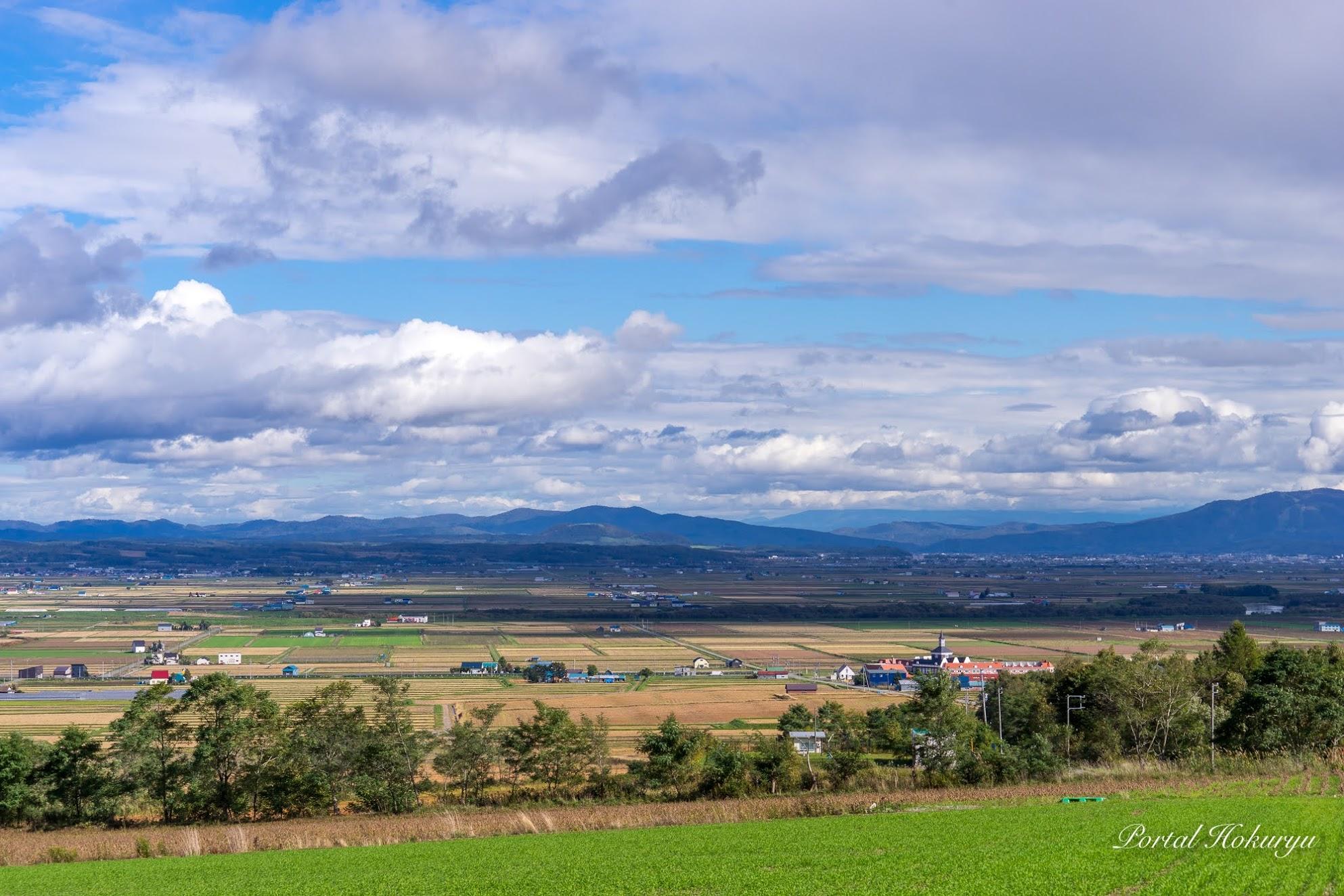 稲刈り後の田園風景