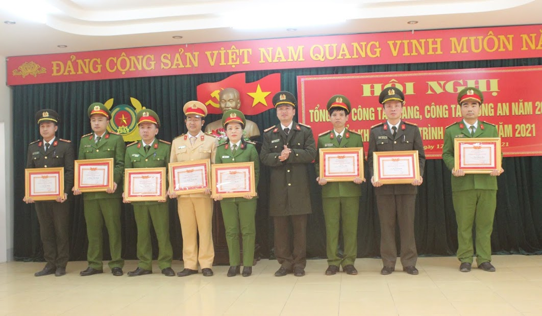 """Trao tặng danh hiệu """"Chiến sỹ thi đua cơ sở"""" cho 19 cá nhân có thành tích xuất sắc"""