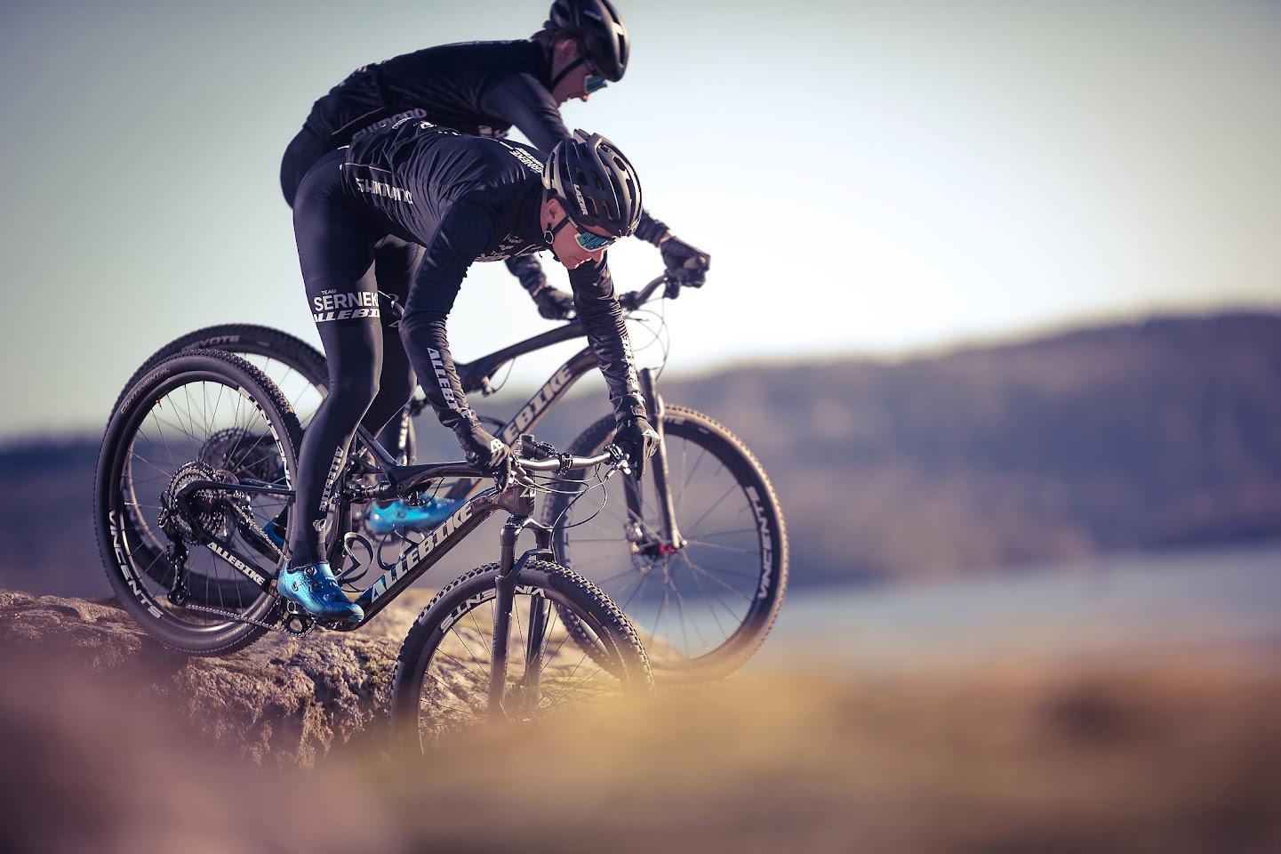Heldämpade mountainbikes från Allebike för tävling och träning.