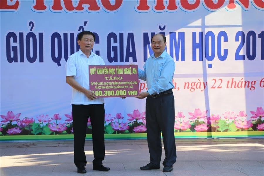 Ông Trần Xuân Bí - Chủ tịch Hội Khuyến học Nghệ An trao biểu trưng tiền thưởng khích lệ thầy và trò Trường THPT chuyên Phan Bội Châu trong công tác bồi dưỡng, thi học sinh giỏi năm học 2019-2020