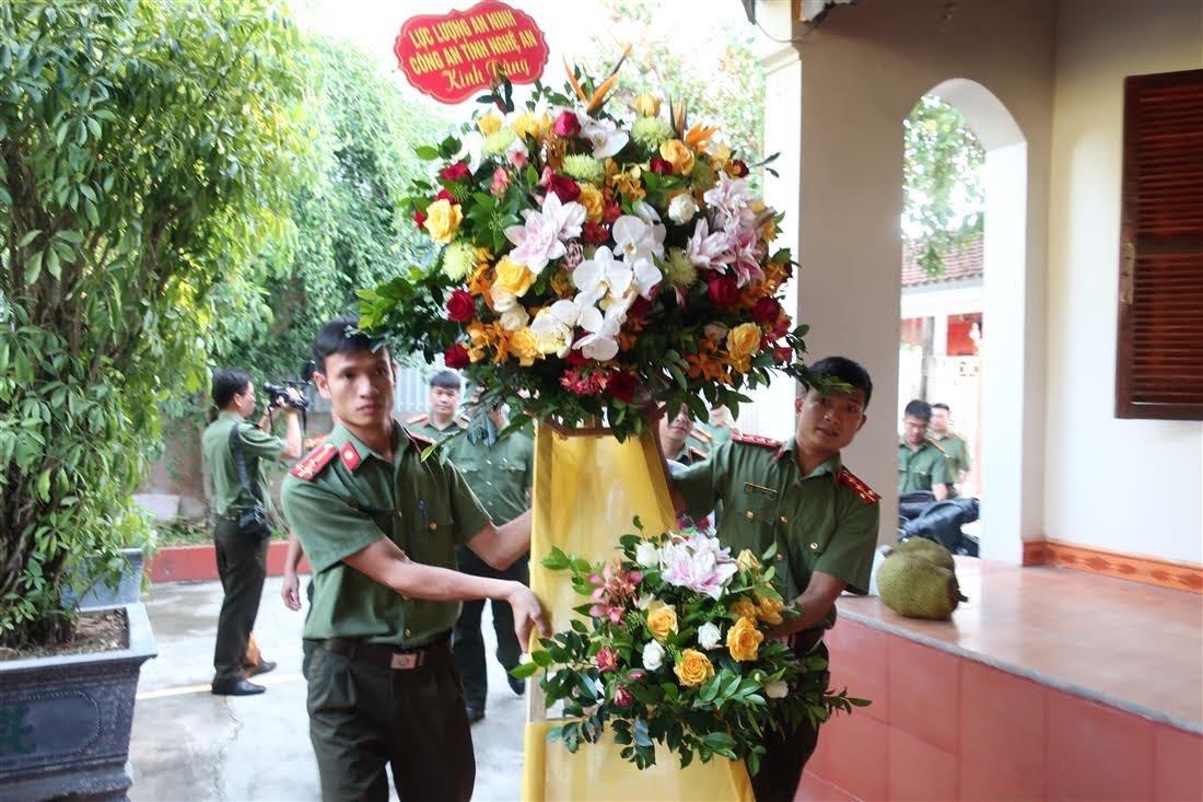Lẵng hoa tươi thắm của lực lượng An ninh kính dâng cố Thiếu tướng Lê Văn Khiêu
