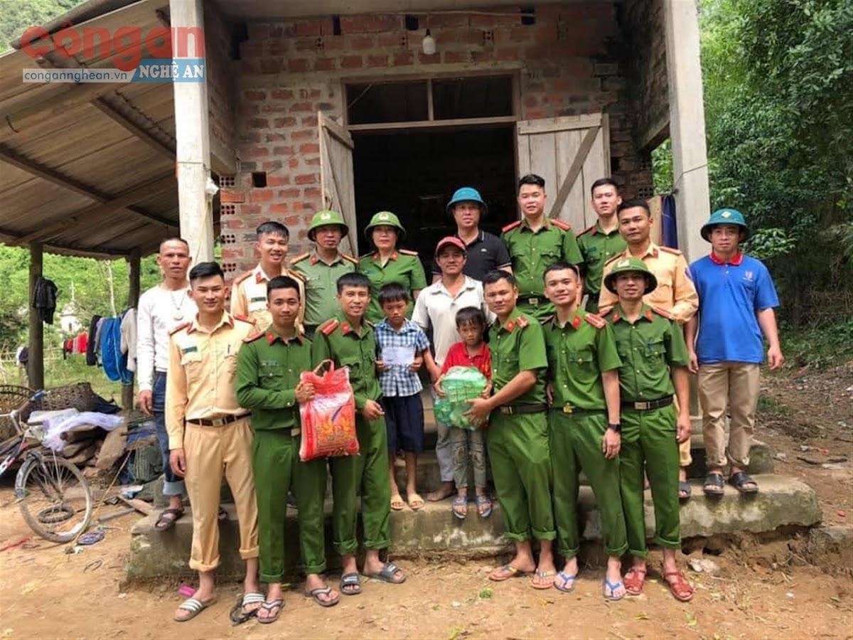 Công an huyện Nghĩa Đàn tặng quà cho người dân miền Trung                                    bị thiệt hại trong đợt mưa lũ lịch sử