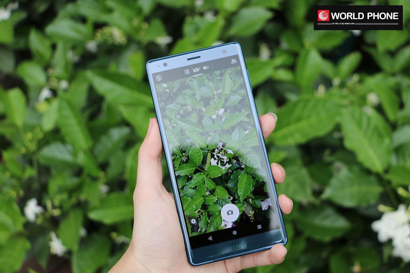 Điện thoại Xperia Z2 sở hữu ống kính góc rộng 27mm với F2.0 cho phép nó lấy được ánh sáng nhiều hơn khi chụp ảnh trong đêm tối.
