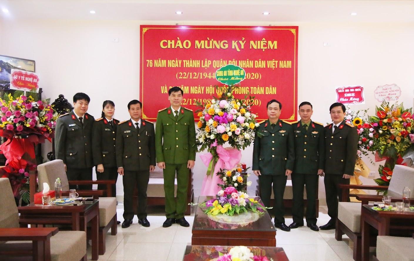 Đại tá Cao Minh Huyền, PGĐ Công an Nghệ An tặng hoa chúc mừng Bệnh viện Quân y 4.