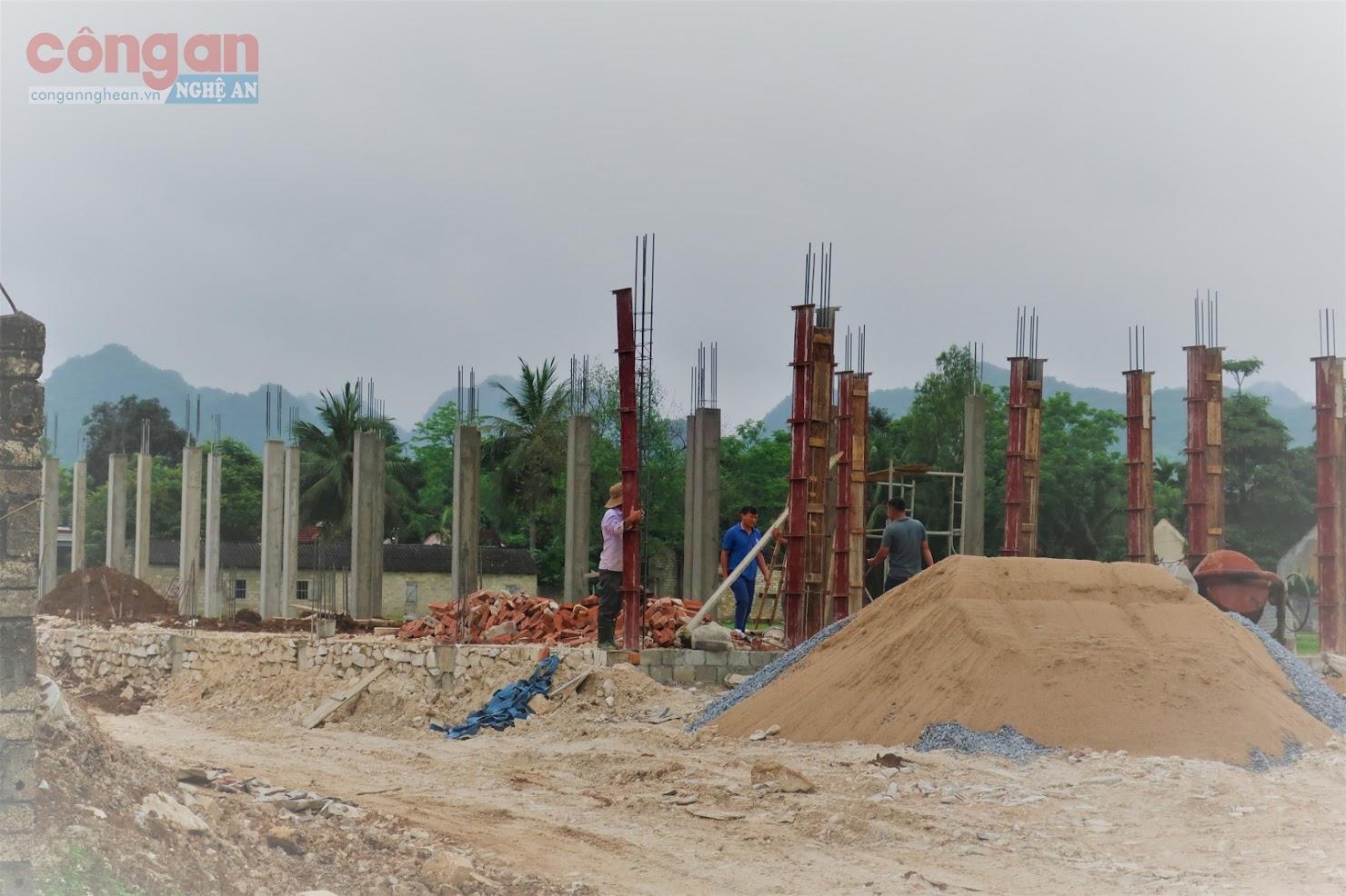 Công nhân không đảm bảo an toàn lao động khi thi công  dự án Trường Mầm non xã Châu Quang
