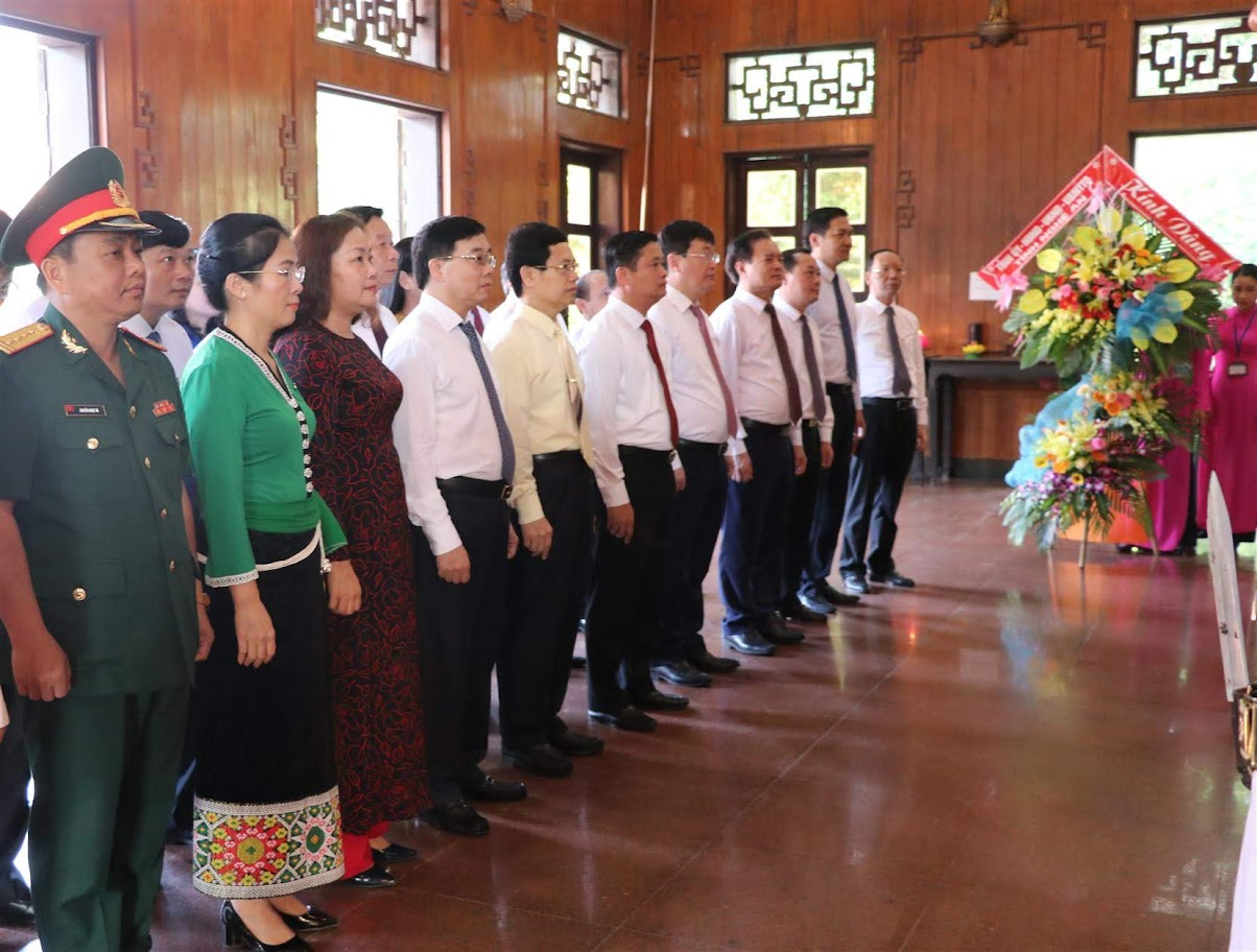 Trước đó, Đoàn đại biểu dâng hoa, dâng hương tại Khu di tích lịch sử quốc gia đặc biệt Kim Liên bày tỏ lòng thành kính, tượng niệm Chủ tịch Hồ Chí Minh