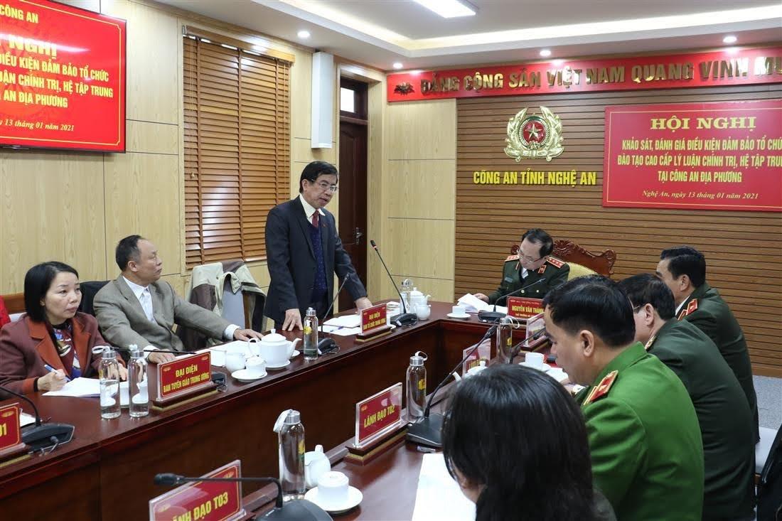 PGS.TS Vũ Thanh Sơn, Cục trưởng Cục đào tạo, bồi dưỡng cán bộ - Ban tổ chức Trung ương phát biểu tại hội nghị