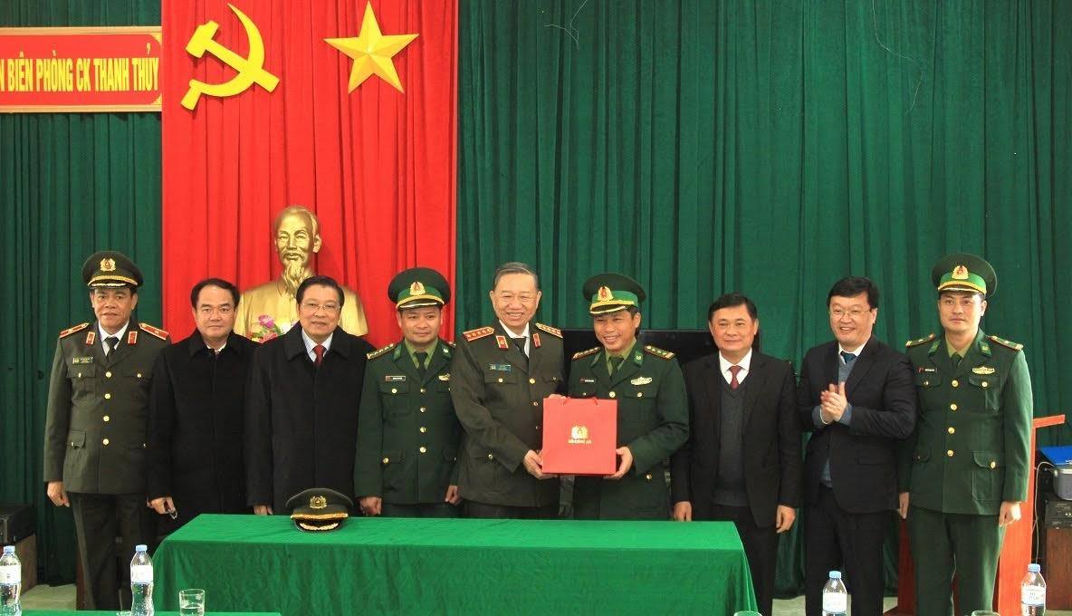 Trong khuôn khổ chuyến công tác, Bộ trưởng Tô Lâm cùng đoàn công tác đã thăm, tặng quà cán bộ, chiến sĩ Đồn biên phòng Cửa khẩu Thanh Thủy.