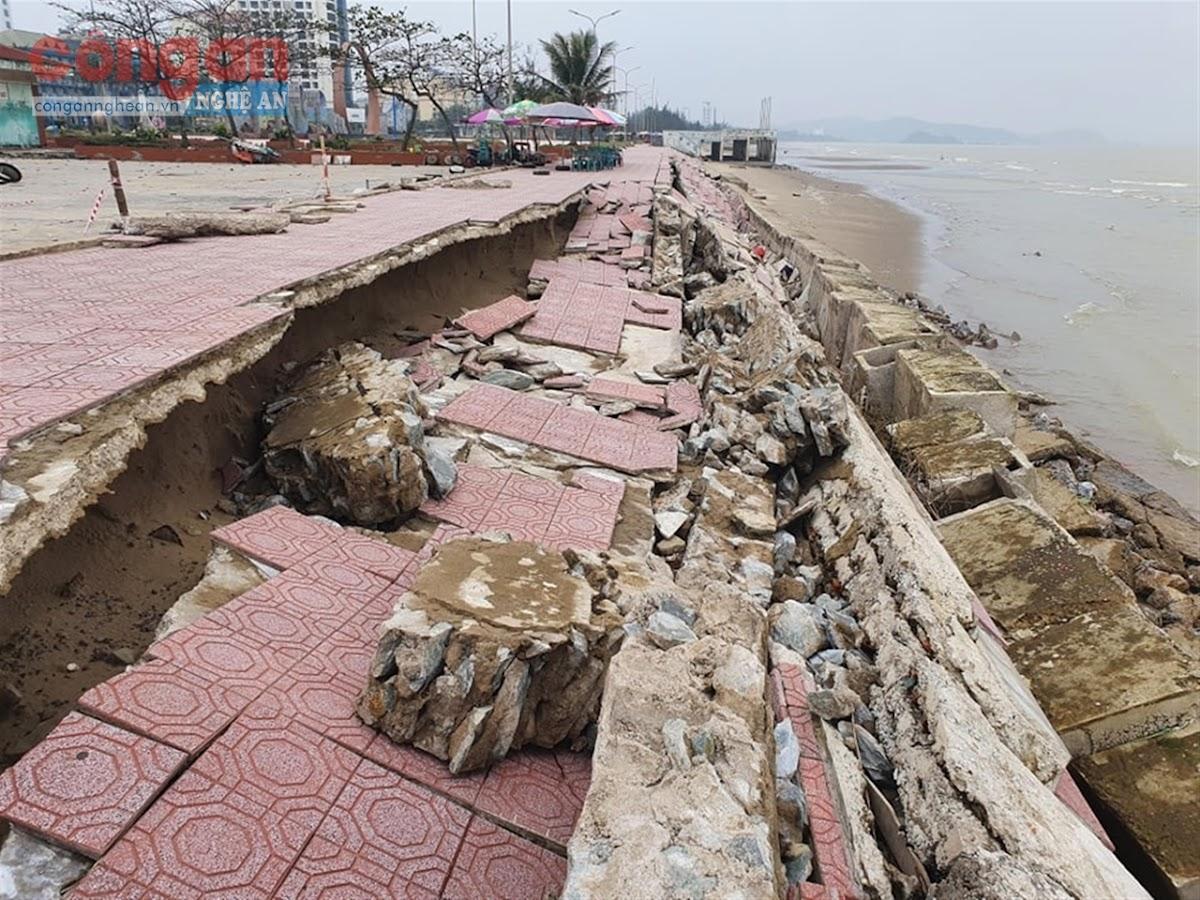 Kè chắn sóng và đường đi bộ                                                       đoạn qua Quảng trường Bình Minh bị sóng đánh tan tành
