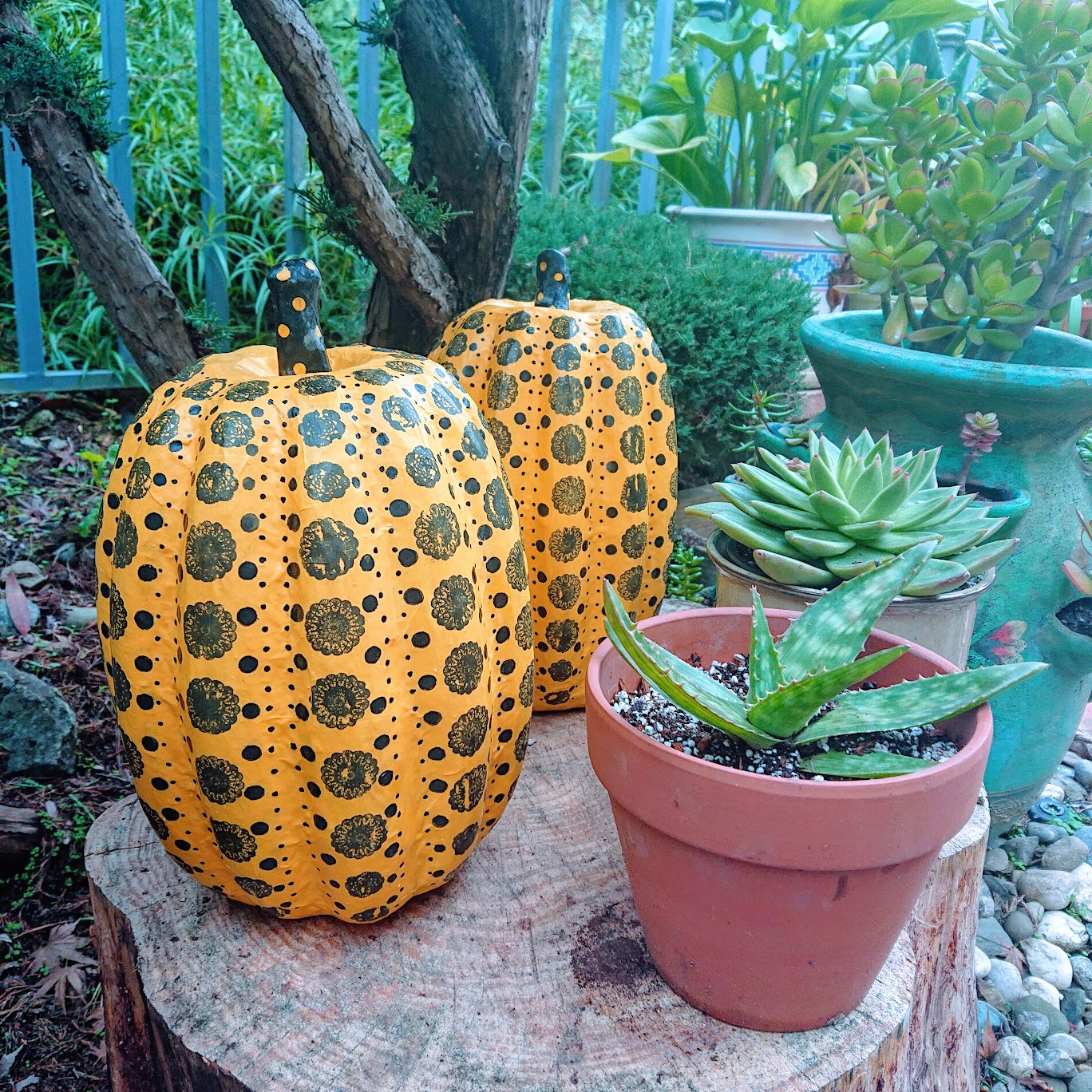 Finished decorated paper pumpkins in the garden. | FAFAFOOM STUDIO