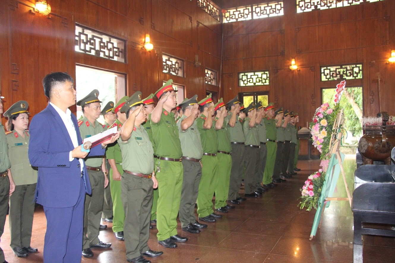 CBCS và đoàn viên Công đoàn Cụm số 1 CAND dâng hương trước Anh linh Chủ tịch Hồ Chí Minh