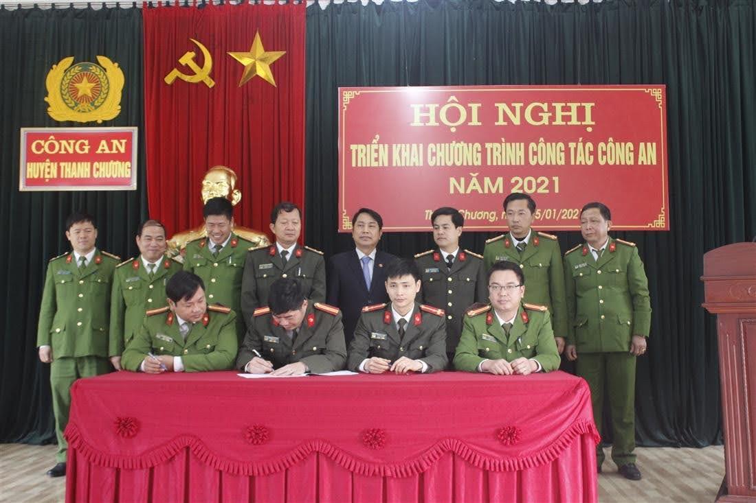 Đại diện các đội nghiệp vụ, đoàn thể và 38 Công an xã, thị trấn ký giao ước thi đua