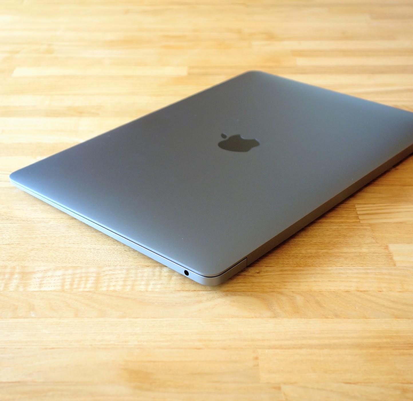 MacBook Air 2020外観斜め後ろ