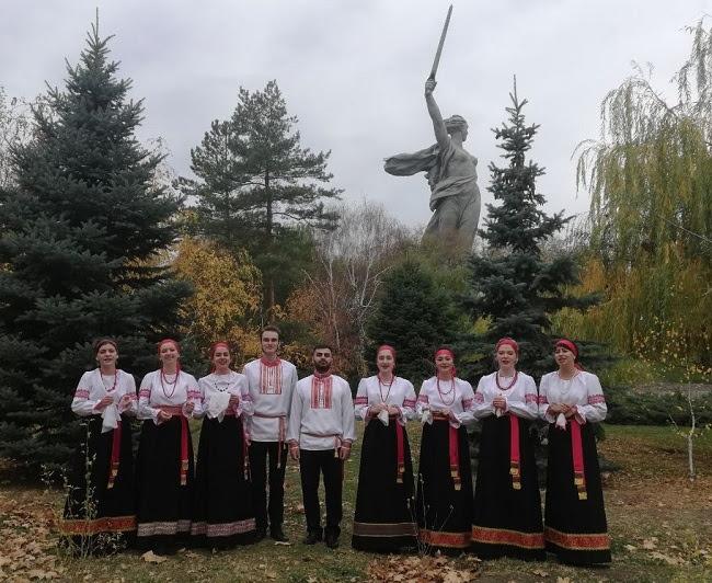 В День народного единства студенты первого и второго курсов ВГИИК исполнили «Катюшу»