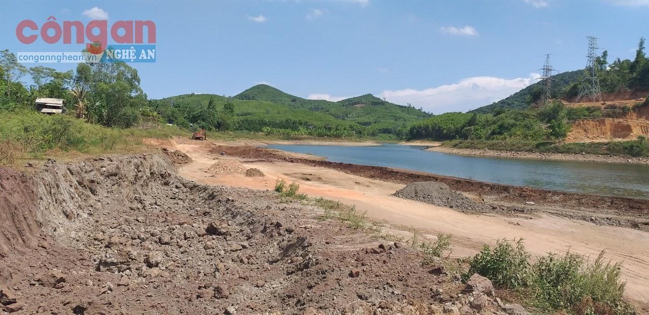 Hàng nghìn m3 đất đã được khai thác, vận chuyển ra khỏi Khe Vĩnh