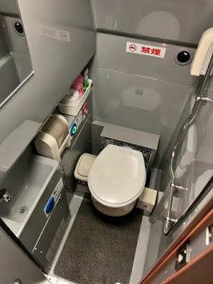 車内トイレ内部