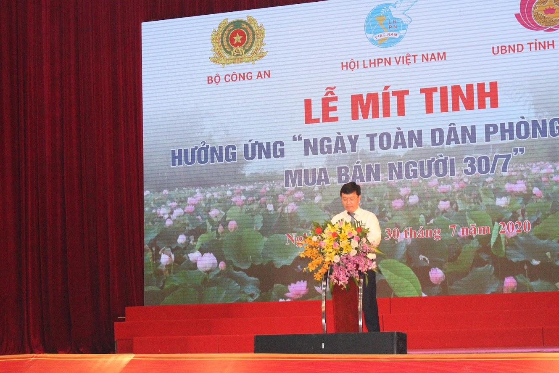 Đồng chí Nguyễn Đức Trung, Phó Bí thư Tỉnh ủy, Chủ tịch UBND tỉnh báo cáo công tác đấu tranh phòng chống mua bán người tại Nghệ An
