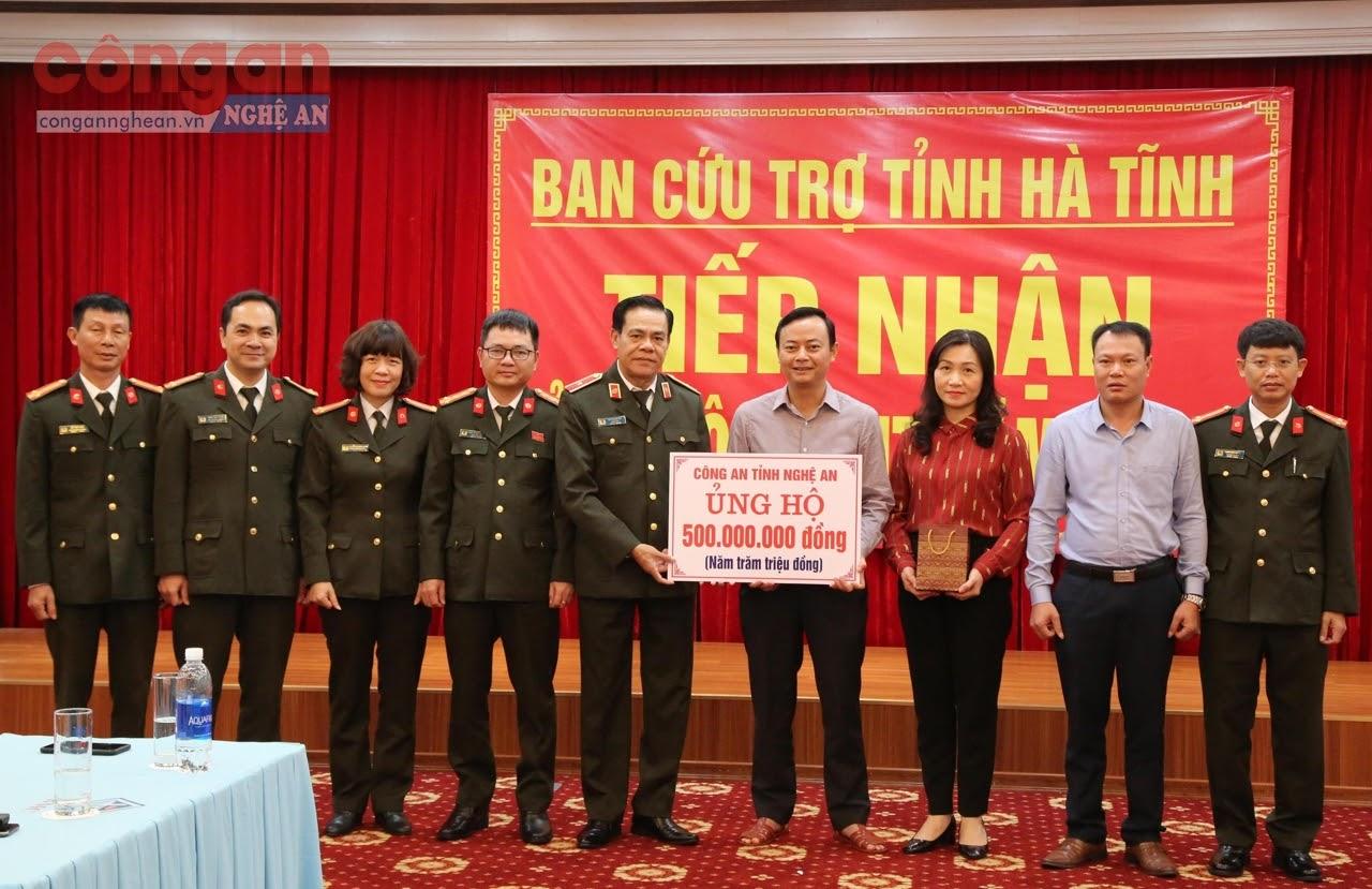 Công an Nghệ An ủng hộ 500 triệu đồng cho đồng bào Hà Tĩnh để khắc phục hậu quả trong đợt lũ lịch sử vừa qua