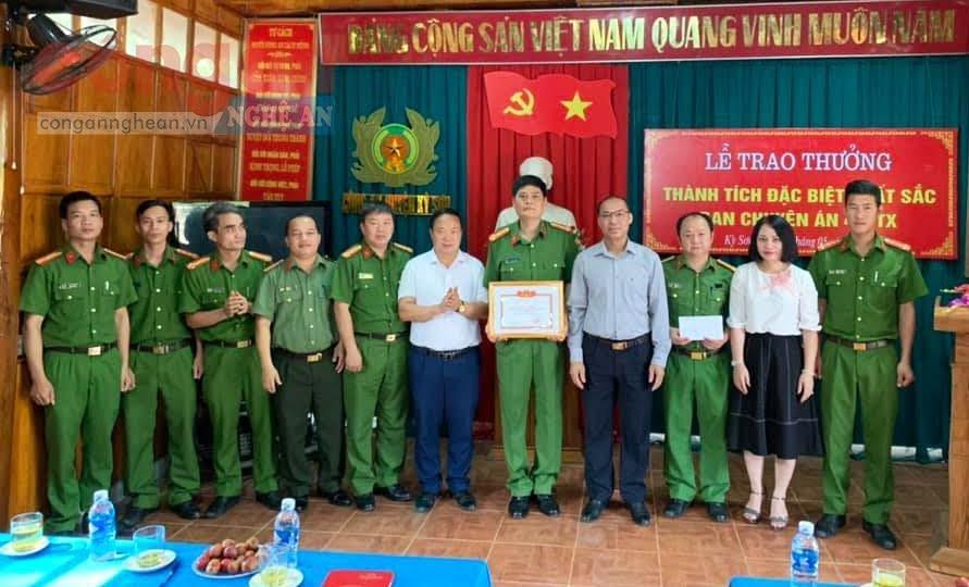 Lãnh đạo huyện Kỳ Sơn tặng Giấy khen và trao thưởng cho Ban Chuyên án