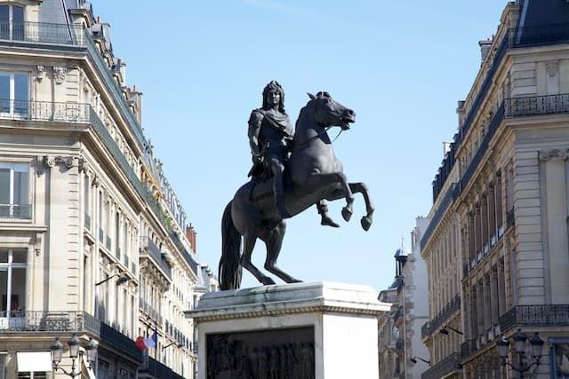 エミリー、パリへ行く 電話しながら / Statue of Louis XIV
