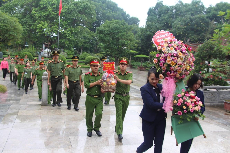Đoàn công tác dâng hương, dâng hoa tại Khu Di tích lịch sử quốc gia đặc biệt Kim Liên, huyện Nam Đàn.