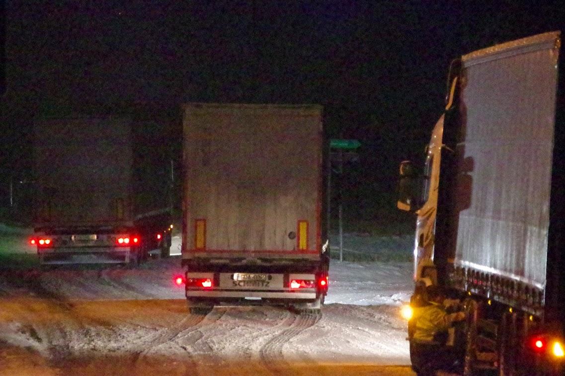 Bis in die Abendstunden hinein streckten LKW in Gartz (Oder) auf der B2 fest. Foto: Andreas Schwarze (asc)