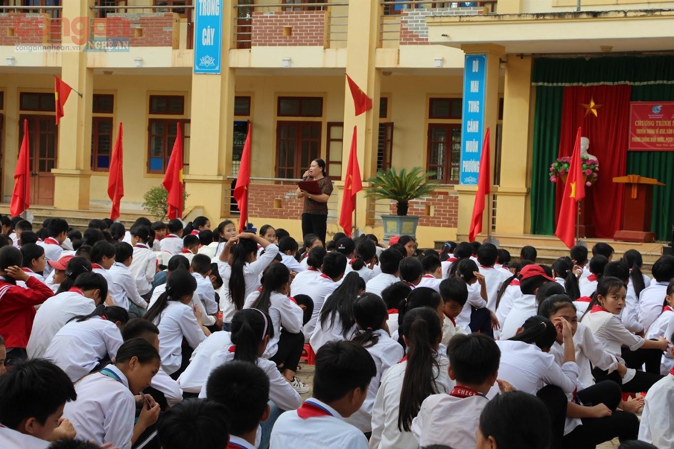 Các em học sinh Trường THCS Hưng Thái Nghĩa (Nam Đàn)  được cán bộ văn hóa UBND xã, Công an huyện và nhà trường tuyên truyền về kỹ năng phòng, chống bạo lực học đường