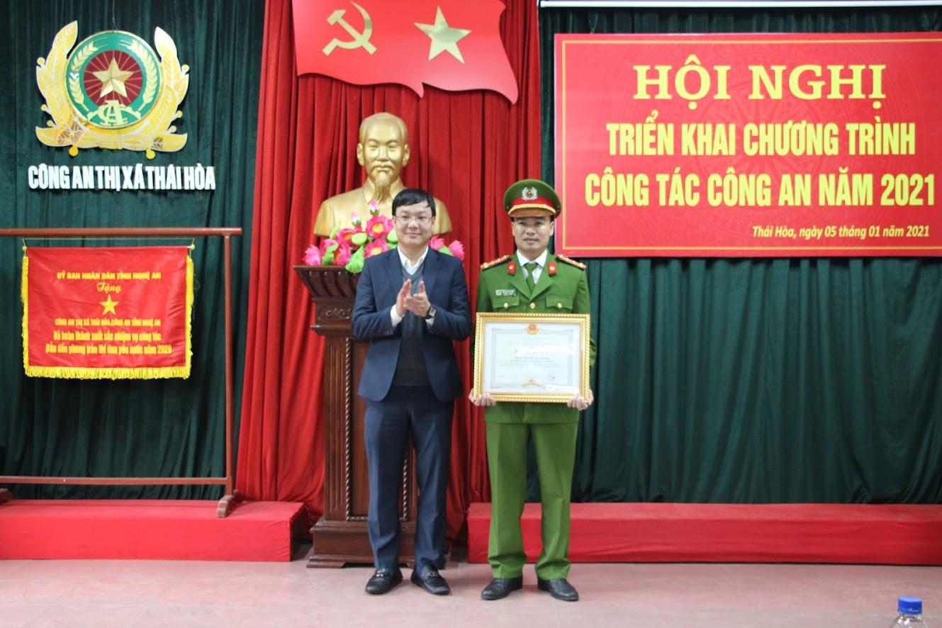 Đồng chí Phạm Tuấn Vinh, Bí thư Thị ủy Thái Hòa trao Bằng khen của Chủ tịch UBND tỉnh cho cá nhân đạt thành tích trong công tác đấu tranh phòng, chống tội phạm