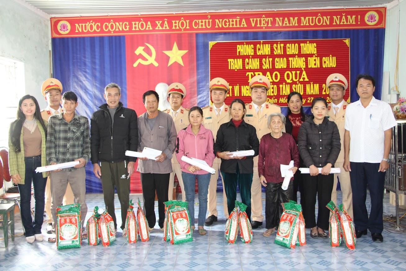 Các hộ nghèo ở xã Diễn Hồng được nhận quà Tết