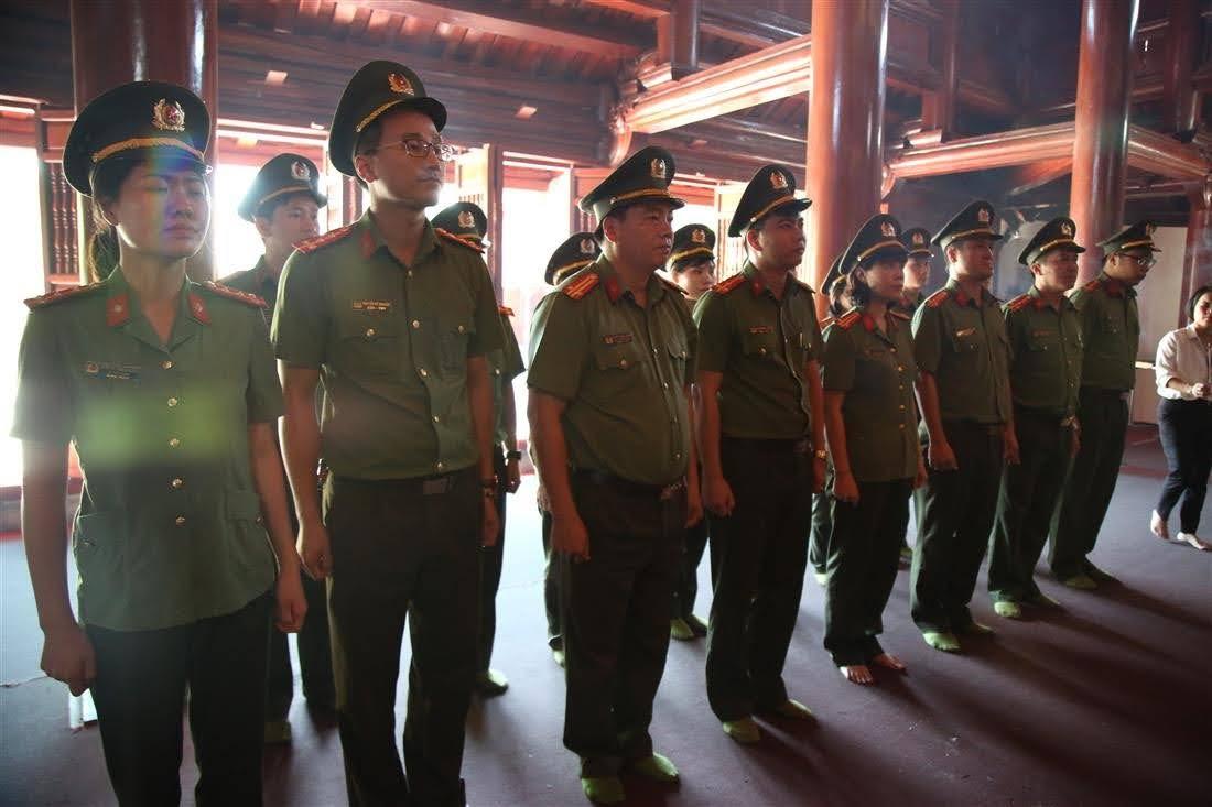 Đoàn Thanh niên, Hội phụ nữ phòng Công tác Đảng và công tác chính trị dâng hương, hoa tại đền thờ Bác Hồ ở Nghĩa trang liệt sỹ quốc tế Việt – Lào