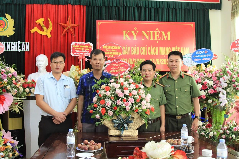 Huyện Tương Dương chúc mừng Báo Công an Nghệ An
